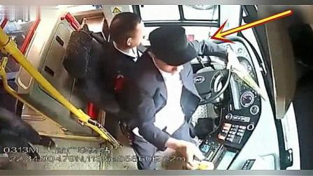 要求下车被拒, 老人伸手抢夺公交司机方向盘, 网友: 作死