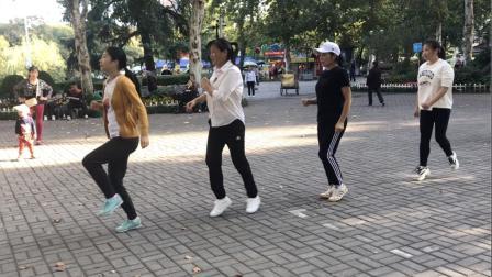 4姐妹公园组队跳鬼步舞, 跳出健康, 舞出快乐, 友谊天长地久!