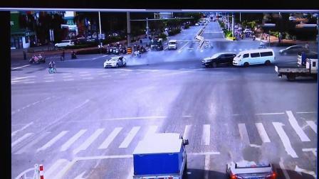 奥迪越野车超速撞飞四辆车, 司机肇事后逃逸, 场面混乱