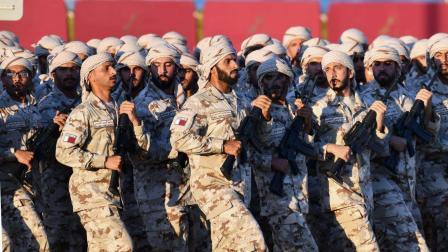 都说卡塔尔阅兵走的是中式正步? 这个视频对比让你一目了然!