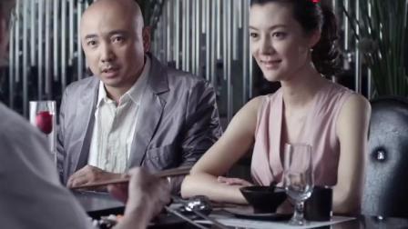 大男当婚: 曹小强对着旁边吃饭的老头做鬼脸, 没想到那人是徐若云老爸