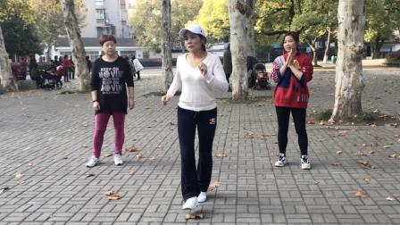 老年人就不能跳鬼步舞? 62岁奶奶跳鬼步舞《一晃就老了》, 真精彩