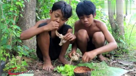 两个泰国小男孩在野外吃动物内脏, 蘸着酱汁吃的那个香劲, 真香