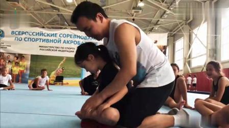 体操萌娃训练柔韧度, 这个男老师可真够狠啊