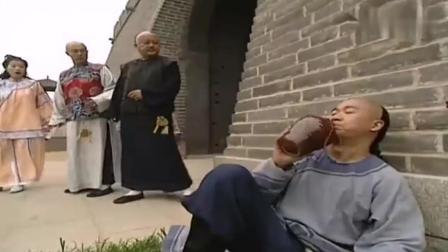 纪晓岚被贬去当城门官, 乾隆口误让他官复原职, 和珅一脸的不高兴!