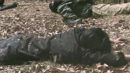 没想到把劫匪击毙后悲剧发生了 炸弹竟然落在两人中间!