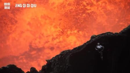 看着太吓人了! 这个人下到火山口里面, 火山口里都是翻滚的岩浆