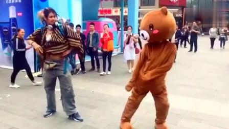 """""""网红熊""""比拼谁更搞笑? 精彩街拍, 真的是太逗了"""