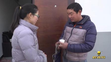 湖北荆门: 文明劝导捡到背包 寒风中苦等失主两小时