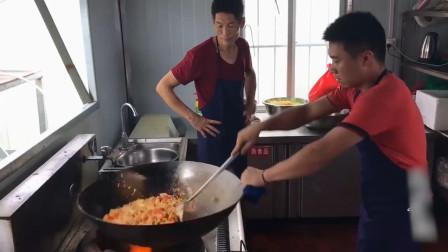 真正的大厨! 三十斤的大铁锅掂起来不费劲, 旁边的师傅都看呆了