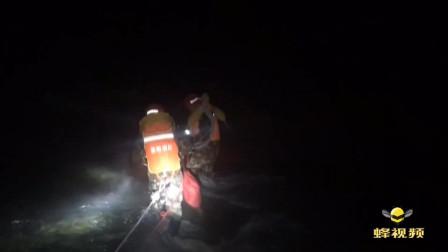 湖北襄阳 男子河滩玩耍遇涨水被困9小时, 消防员涉水过河救援