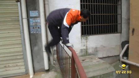 湖北孝感 居民楼失火 快递小哥徒手掰开防盗网救人