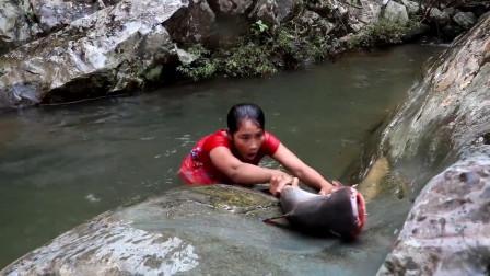 美女跳进池塘仅用一分钟徒手抓到大鲶鱼, 这技术真是逆天了