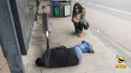 """湖北汉川天寒地冻男子醉卧街头一个多小时 警民合力暖心救助""""老熟人"""""""