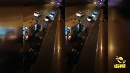湖北宜昌一外卖小哥送餐途中 不慎摔落下数米高下穿通道身受重伤