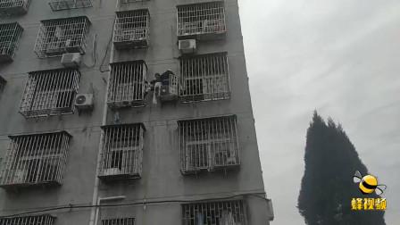 湖北黄石老妇人在外墙上演惊险一幕 消防员联合民警紧急救援