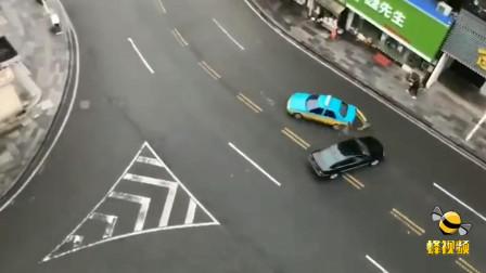 湖北宜昌街头小车猛撞出租车现场尖叫连连 原是拍摄电影