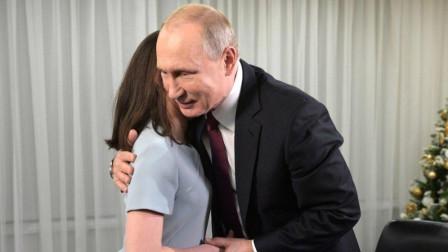 别样温情: 盲人小姑娘轻抚普京面颊, 称他长得帅