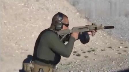 外国美女射击突击步枪, 这身打扮是不是土了点!