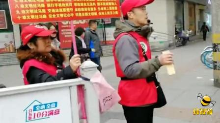 """湖北荆州 六旬老人争当志愿者 """"自编""""""""自打""""""""自唱""""文明交规歌"""