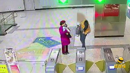 湖北武汉: 超可爱! 奶爸抱娃遇内急 把孩子强塞给漂亮小姐姐