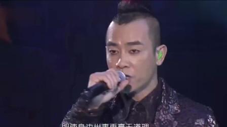 陈小春演唱会全程严肃脸, 看到台下应采儿时笑了, 满满爱意