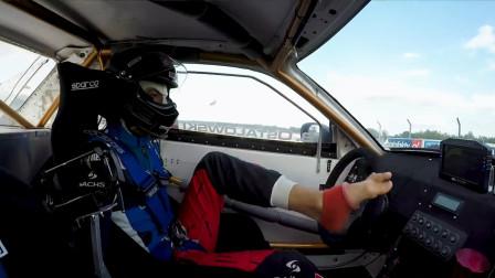 失去双臂也要玩漂移! 拥有神奇双脚的无臂车手驾驶R34 Skyline