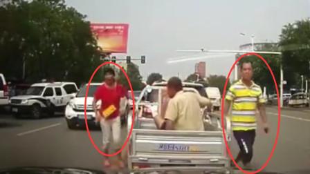 欺负女司机? 残疾人拦车要钱, 揪头发不放, 老公赶来不顾交警踹翻在地!