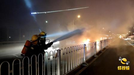 江苏徐州  两车发生追尾 白色轿车起火整车烧毁