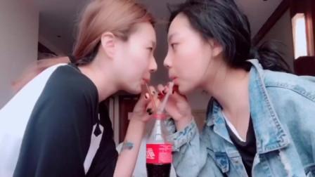 女孩和闺蜜玩面对面喝可乐, 2个人喝着喝着就想笑, 结果把可乐喷出来