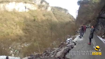 湖北恩施: 货车翻入山谷 司机被甩车外 警民联手生死营救