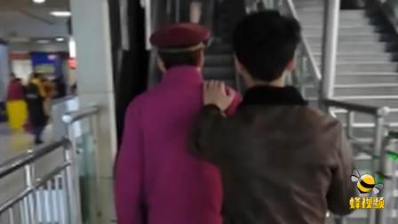 湖北武汉 最暖背影! 地铁站内他用自己的肩膀带盲人前行