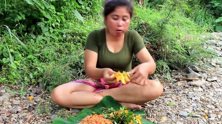 外国大妈苏珊的丛林原始生活-采摘天然野生木瓜捣碎后狼吞虎咽-看着都香