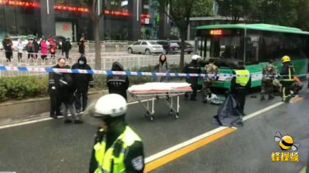 湖北武汉 武汉12岁男孩上学路上遭公交车撞倒 卷入车底拖行十多米