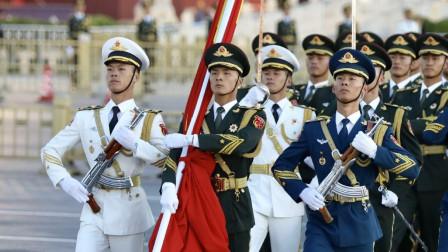 万人的瞩目中, 伴着庄严的乐曲, 三军仪仗队升起了祖国第一旗!