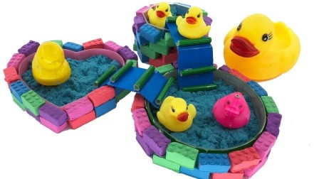 玩具鸭子和玩具沙子 玩具鸭子在游泳池里