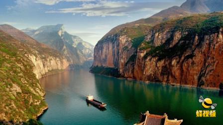 奇观! 湖北宜昌长江三峡惊现龙吸水 白色水柱直冲天