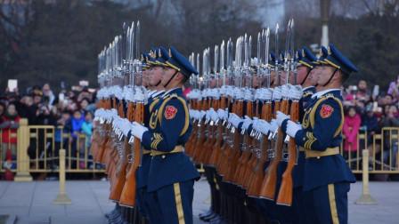 见证三军仪仗队庄严的降旗仪式, 看完深深地为祖国感到自豪!