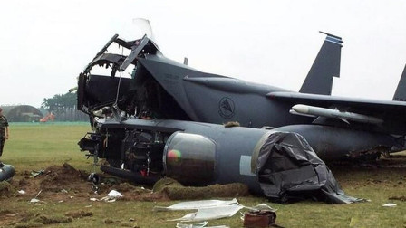美军又一起惨烈事故! 螺旋桨锈蚀断裂将机身砍成3段, 16人当场去世