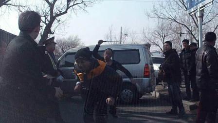奥迪司机被撞, 下车就抽三轮车夫, 刚开始被打懵, 醒过神回车拿砍刀!