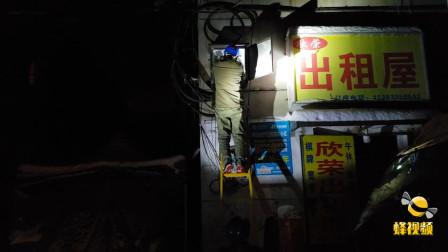 湖北武汉 工人雪中摸黑抢修供电 只为居民在深夜有电可用