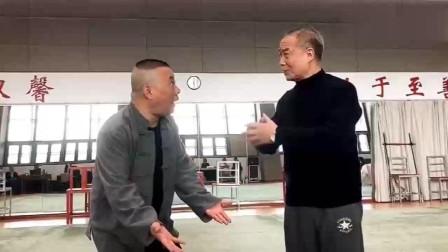 郭德纲和陈少云后台排练京剧, 俩个人真卖力气