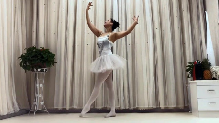美女芭蕾舞姿优美