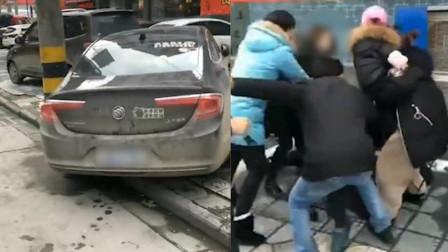 湖北荆州 抢车位新技能! 一男子为抢车位把对方衣服扒光!