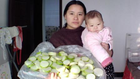 男子外出打工, 媳妇带着倆孩子只能腌萝卜吃, 网友: 日子太苦了