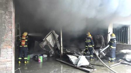 湖北荆门一油漆库房突发大火 沙洋消防紧急处置