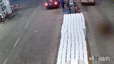 湖北天门: 油枪没拔就开车 粗心司机险酿大祸
