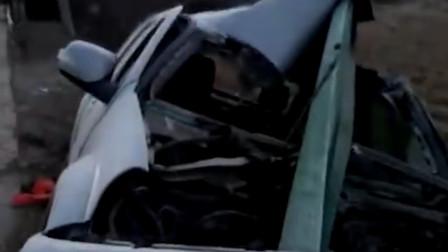隔着屏幕都害怕! 湖北随州一车撞护栏  护栏直接穿过车身