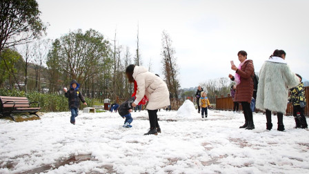 贵州贞丰罕见的一场大雪, 民众跑到公园打雪仗, 太开心了