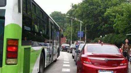 湖北宜昌 一小车路口违停 阻挡公交车不挪车